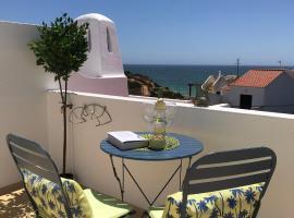Tranquil Benagil apartment with sea views, pools and beach 200m, hotel near Benagil Beach, Lagoa