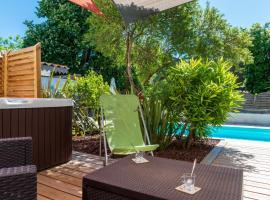 L'Or Azur, Jacuzzi privé et piscine chauffée, hotel with jacuzzis in Carcassonne