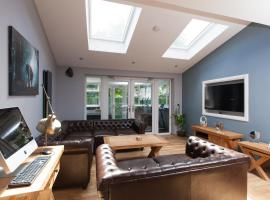 Luxury Central Townhouse with a Hot Tub!, hotel with jacuzzis in Edinburgh