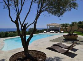 Luxueuse villa 6 chambres avec piscine chauffée , vue mer , plage 3 mn, hotel in Sari Solenzara