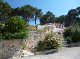 T2 de la Bastide Rouge vue exceptionnelle (180°) sur Aix domaine privé T2 indépendant de 37 m2 avec terrasse exposée plein sud Piscine 10 X 5