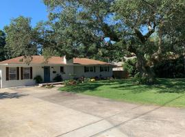 Charming pet friendly home minutes from Pensacola Beach, villa in Gulf Breeze