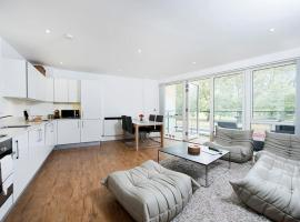 Modern Luxury 2BR across from Victoria Park