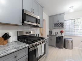 Spacious 2 Bedroom: 1.5 Mile To Convention Center & Walk to Beach