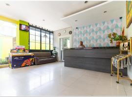 RedDoorz Plus @ Hertasning Area, hotel in Makassar