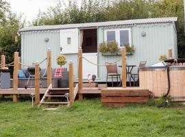 Shepherds Hut with Hot Tub, hotel in Lymington