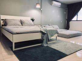 Spacious Townhouse for 16pax near Street Food and Gurney Drive, hotel with jacuzzis in George Town