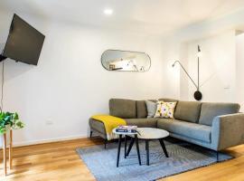 Luxury Spacious 2 Bedroom Fitzroy Apartment, luxury hotel in Melbourne