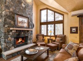 Luxurious Townhouse 30-sec from Gondola! #1011, spa hotel in Steamboat Springs