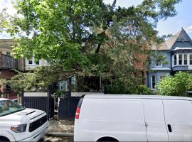 Quiet Big House in Downtown Toronto, 6 bedrooms, 3.5 washrooms, and 4 parking
