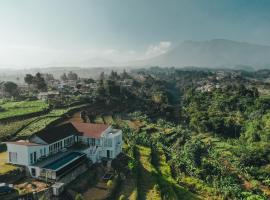VILLA AKIRA, Mountain View Getaway, pet-friendly hotel in Bogor
