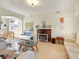 4 MONTROSE AVE - retro home in the heart of town, hotel in Apollo Bay