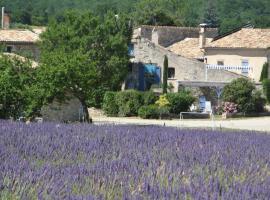 Gîte de caractère au pied du Mont Ventoux avec piscine couverte, hotel in Sault-de-Vaucluse