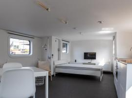 M/S Carpe-Diem Deck House, budget hotel in Ghent