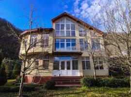 Дом на 12 человек в живописном месте Красной Поляны, holiday home in Krasnaya Polyana