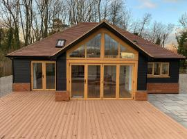 Chestnut Lodge - A modern spacious open plan bungalow, hotel in Maidstone