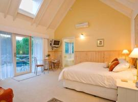 PLUM TREE STUDIO - couples lakeside spa retreat, hotel in Apollo Bay