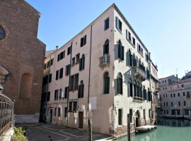 Residence Ca' Foscolo, self catering accommodation in Venice