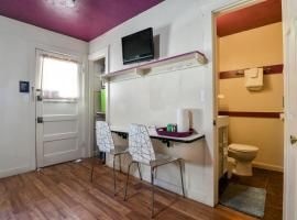 Lodge 4 - Downtown location. Studio with shared hot tub. Minutes to Arches N.P.