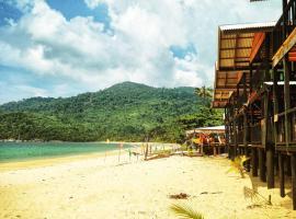 Beachfront Hut Upstairs Astra - Beach Shack Chalet, Hotel in Pulau Tioman