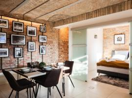 2 independent Luxury LOFTS side by side. 152m2. 4BR. Co-CLEAN grocery help, appartement in Berlijn