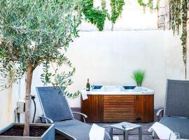 Le Patio Carreterie - Maison chaleureuse avec Jacuzzi Extérieur Privatif - Primée pour sa déco, hotel with jacuzzis in Avignon