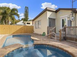 Mangrove Breeze Cottage 2, 2 Bedrooms, Pets, WiFi, Walk to Beach, Sleeps 6