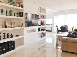 The White Apartment: Luxury, Beach and Design, hotel with pools in Valencia
