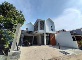 OYO 3723 Guest House Arjuna, hotel near Ereveld Kalibanteng, Semarang