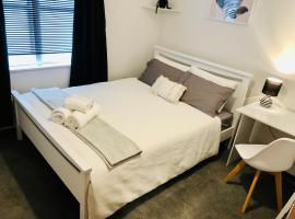 Private bedroom - minutes drive to city and ferry, hotel with jacuzzis in Wellington