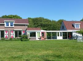 Beautiful holiday home with conservatory near the North Sea, holiday home in Burgh Haamstede