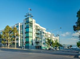 Waterfront (Yarra St) by Gold Star Stays
