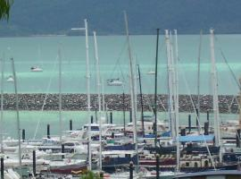'Chez-Nous' - Two Bedroom Apartment, hotel in Airlie Beach