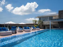 Sol House Bali Legian by Melia Hotels International, hotel with jacuzzis in Legian