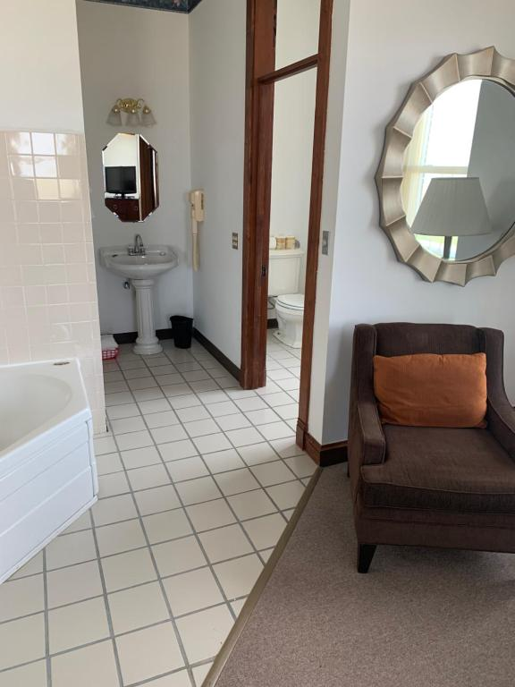 Photo of Queen Room with Spa Bath #1