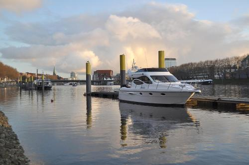 Luxus Yacht Lady Jane City Überseestadt