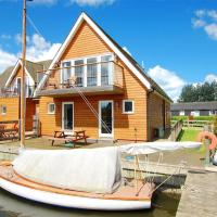 Peaceful holiday home in Horning with docking space