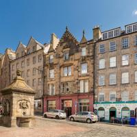 Grassmarket flat with castle view