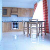 Central, 2 bedroom near shops, bus station and beach