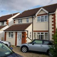Studio 5 - Serviced Accommodation (Entire House sleeps up to 10)