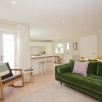 The Mews - 2 Bedroom Luxury, Spacious House With Free Parking