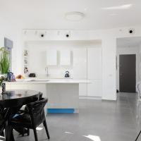 Spacious modern & Clean Apt. one step to BEACH