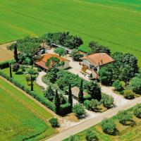 Vintage Farmhouse in Grosseto with Jacuzzi, hotel in Buriano