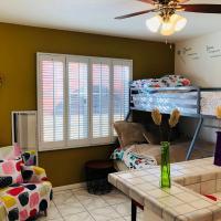 Cute Private Bedroom w/2 beds +Mini-bar and fridge near LAX/Forum/Beach/DTLA