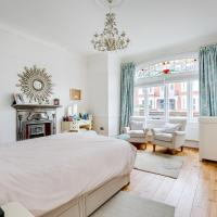 Family 3-bed flat with large garden in Putney