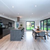 Light and Spacious Luxury Home, Sleeps 8, Free Parking