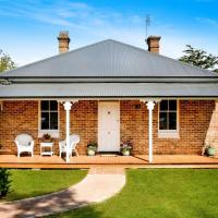 Historic Romsey Cottage - Classic Bowral Stay