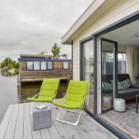 Bright and Comfortable Houseboat