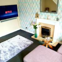 WIRRAL HOME WITH NETFLIX, 60in TV, SUPERFAST WIFI, PARKING, NEAR LPOOL