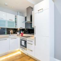 Modern 2BR Home in DALSTON w Balcony, Fits 4 by GuestReady